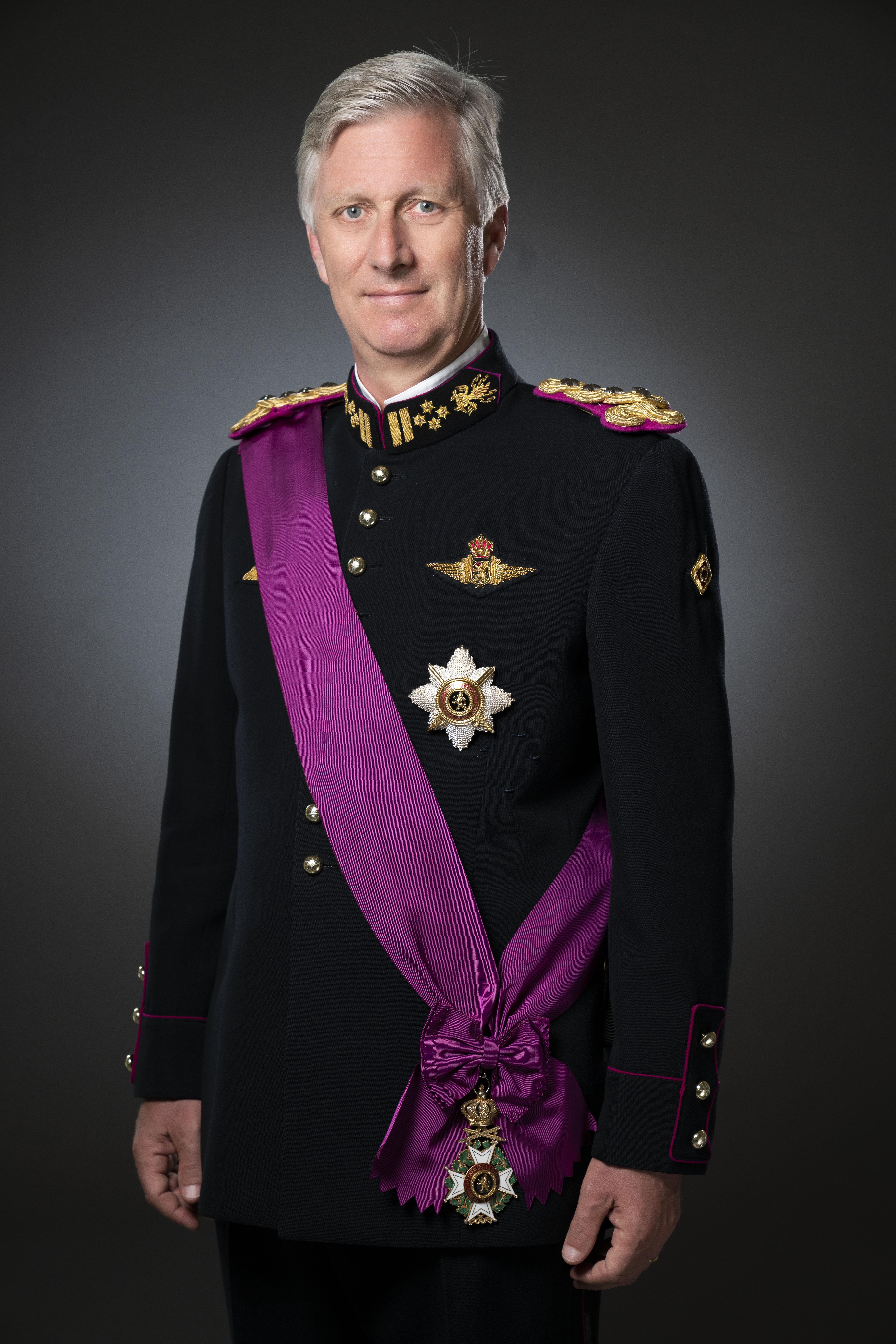 Кому из современных монархов мундир к лицу?