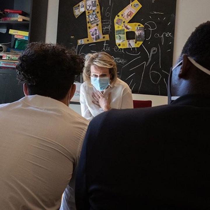   Témoignages de jeunes mineurs non accompagnés qui sont pris en charge par l'asbl Minor-Ndako. Ensuite, une discussion avec les accompagnateurs qui préparent ces jeunes à vivre de manière autonome. Les jeunes proviennent pour la plupart de pays en conflit comme la Syrie et l'Afghanistan. Minor-Ndako est reconnu par la Communauté flamande dans le cadre de l'Aide Intégrale à la Jeunesse ————— Getuigenissen van niet-begeleide minderjarigen die omkaderd worden door vzw Minor-Ndako. Nadien volgt een gesprek met de begeleiders die de jongeren voorbereiden op zelfstandigheid. De jongeren komen voornamelijk uit conflictzones, o.a. Afghanistan en Syrië. Minor-Ndako is erkend door de Vlaamse Gemeenschap in het kader van de Integrale Jeugdhulp.  @minorndakobrussel #MonarchieBe #BelgianRoyalPalace   📸 Belga