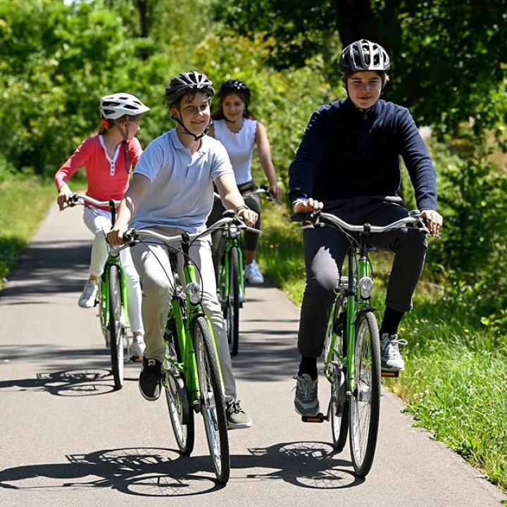   Fietstocht met de familie door Bokrijk in het mooie Limburg. Toerisme Limburg viert vandaag 25 jaar fietsroutenetwerk! Het netwerk is tot wel 2000km lang. De verbluffende fietsbeleving 'Fietsen door het water' staat in de 'World's greatest places' top 100 volgens Time magazine. Deze zomer kunnen we volop genieten van het Belgisch toerisme! ————— Balade à vélo en famille à travers le domaine provincial de Bokrijk dans le Limbourg. Aujourd'hui, Tourisme Limbourg célèbre les 25 ans du réseau de pistes cyclables qui atteint plus de 2000km! Selon le magazine Time, l'expérience cycliste « Traverser l'eau à vélo » fait partie du top cent des « meilleurs endroits du monde » et constitue une expérience incroyable. Profitons pleinement du tourisme belge pendant les mois d'été !  @visitlimburg.be @bokrijk @time @limburgbe #cyclisme #wielersport #fietsen #Bokrijk #Limburg #Limbourg #visitlimburg #België #Belgique #Belgien #Belgium #FietsenDoorHetWater #traverserleauavelo #cyclingthroughwater #Knooppunt91 #BelgianRoyalPalace #MonarchieBe   📸 Belga