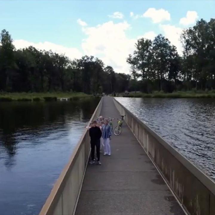   'Fietsen door het water' in Bokrijk met de familie. Fietsroutenewerk in Limburg bestaat 25 jaar! Deze zomer kunnen we volop genieten van het Belgisch toerisme. ————— « Traverser l'Eau à vélo » à Bokrijk en famille. Le réseau de pistes cyclables du Limbourg existe depuis 25 ans ! Soutenons le secteur du tourisme dans notre pays.  @visitlimburg.be @bokrijk @time @limburgbe #uitstap #sortie #toerisme #tourisme #tourism #cyclisme #wielersport #fietsen #Bokrijk #Limburg #Limbourg #visitlimburg #België #Belgique #Belgien #Belgium #koninklijke #familie #famille #royal #family #FietsenDoorHetWater #traverserleauavelo #cyclingthroughwater #Knooppunt91 #BelgianRoyalPalace #MonarchieBe