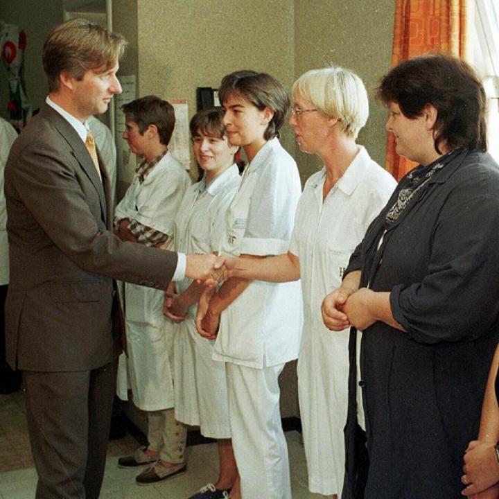   Derde flashbackfriday. Prins Filip tijdens verschillende bezoeken aan ziekenhuizen en zorgcentra. We willen iedereen bedanken die zich dag en nacht inzet om het coronavirus te bestrijden. ————— Troisième flashbackfriday. Le Prince Philippe lors de différentes visites d'hôpitaux et de centres de soins. Nous remercions tous ceux qui se dévouent jour et nuit pour combattre le coronavirus.  #60jaar #60ans #flashbackfriday #FBF #flashback #COVID19Belgium #Covid_19 #corona #coronavirus #samentegencorona #ensemblecontrecorona #blijfthuis #restezchezvous #tousensemble #BelgianRoyalPalace #MonarchieBe  📸 Belga