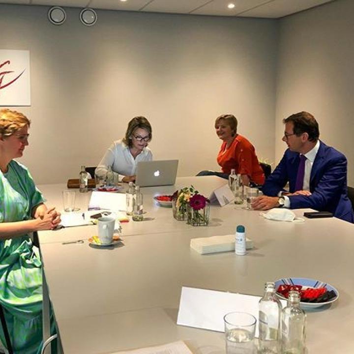 Werkvergadering over het nieuwe digitale platform Wellweb in het Centrum voor Geestelijke Gezondheidszorg (CGG Kempen) te Turnhout. Het platform verbindt telefonische hulplijnen (Tele-Onthaal, Awel, zelfmoordpreventielijn, …) en de nazorg door een CGG.Tijdens het gesprek wordt ingegaan op het belang van mentale gezondheid tijdens de pandemie en de rol van Wellweb tijdens de quarantaine. ————— Réunion de travail sur la nouvelle plateforme digitale Wellweb au Centre de Santé mentale CGG Kempenà Turnhout. Cette plateforme assure le lien entre les différentes lignes d'assistance (Télé-accueil, Awel, prévention suicide…) et le suivi par un Centre de Santé mentale. La discussion permet d'aborder l'importance de la santé mentale en ces temps de pandémie et le rôle de Wellweb pendant le confinement.  @zorgnet.icuro #CGG #GGZ #digitaal #platform #plateforme #digitale #geestelijke #gezondheid #mentale #santé #mentalegezondheid #santémentale #mentalhealth #SamenTegenCorona #EnsembleContreCorona #GemeinsamGegenCorona #TogetherAgainstCorona #Corona #Covid_19 #COVID19 #COVID19BE #CoronaVirus #BelgianRoyalPalace #MonarchieBe 📸 Koninklijk Paleis / Palais Royal
