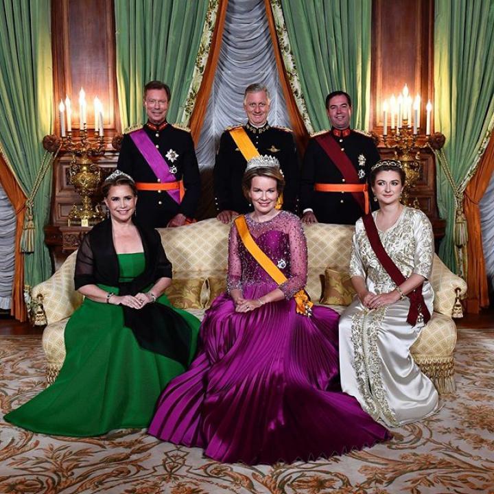   Le dîner d'État offert par Son Altesse Royale le Grand-Duc Henri clôture la première journée de cette visite d'état au Luxembourg: « Luxembourgeois et Belges partagent cette caractéristique d'être à la croisée des cultures romanes et germaniques et d'en tirer d'énormes bénéfices. La famille grand-ducale incarne à merveille cette appartenance multiple. » Demain, la coopération militaire, académique, économique et culturelle seront mises à l'honneur. https://bit.ly/2ORRDaO ————— Het staatsdiner aangeboden door Zijne Koninklijke Hoogheid Groothertog Henri sluit de eerste dag van dit staatsbezoek aan Luxemburg af: 'Luxemburgers en Belgen bevinden zich op het kruispunt van de Romaanse en Germaanse culturen en halen daar heel wat voordeel uit. De groothertogelijke familie verpersoonlijkt deze meervoudige verbondenheid uitstekend'. Morgen wordt de nadruk gelegd op de militaire, academische, economische en culturele samenwerking. https://bit.ly/2VIHxut  @courgrandducale #BELUX2019 #statevisit #royalvisit #royals #luxembourg #grandduke #grandduc #grandeduchesse #king #queen #belgiumroyalcouple #belgiumking #belgiumqueen #KingPhilippe #KingFilip #GrandDucHenri #luxembourgcity #diplomacy #visitluxembourg #grandducal #officialvisit #BelgianRoyalPalace #MonarchieBe  📸 Christophe Licoppe - Photonews 📸 Belga