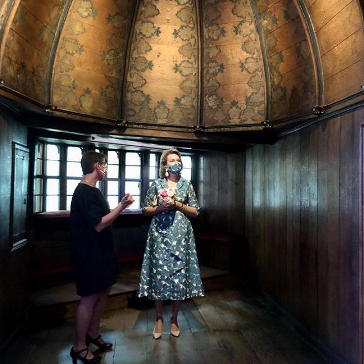 """  Rondleiding door de 'Van Eyck in Bruges' tentoonstelling in het Groeningemuseum in het kader van het Van Eyck jaar 2020. Vervolgens volgt er een wandeling van het Groeningemuseum naar het Gruuthusemuseum langsheen het Arentshof. Het Gruuthusemuseum werd recent gerenoveerd. Nadien volgt een gesprek over de coronacrisis met verschillende vertegenwoordigers uit de horecasector op het terras van een Brugse horecazaak. ————— Visite guidée de l'exposition 'Van Eyck in Bruges' au Groeningemuseum dans le cadre de l'année Van Eyck 2020. Une promenade passant par l'Arentshof de Bruges permet ensuite de rejoindre le  Gruuthusemuseum qui a récemment fait l'objet d'une restauration en profondeur. Une discussion sur l'impact de la crise du coronavirus avec différents représentants du secteur horeca, sur la terrasse d'un restaurant, clôture cette visite à Bruges. ————— Guided tour of the """"Van Eyck in Bruges"""" exhibition in the Groeningemuseum on the occasion of the year Van Eyck 2020. Afterwards, a walk from the Groeningemuseum to the Gruuthusemuseum via the Arentshof. The Gruuthusemuseum has recently undergone a thorough restoration. Finally, the impact of the coronavirus on the hotel and catering sector is discussed on the terrace of a horeca business.  @stadbrugge @museabrugge @visitflanders @provincie_wvl #cultuur #culture #museum #musée #musea #toerisme #tourisme #toerism #Brugge #Bruges #westvlaanderen #westflanders #flandreoccidentale #VanEyck #VanEyck2020 #Groeningemuseum #Gruuthusemuseum #horeca #restauration #SamenTegenCorona #EnsembleContreCorona #GemeinsamGegenCorona #TogetherAgainstCorona #Corona #Covid_19 #COVID19 #COVID19BE #CoronaVirus #BelgianRoyalPalace #MonarchieBe  📸 Koninklijk Paleis / Palais Royal I Belga"""